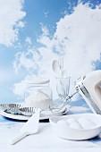 weiße Backzutaten und Küchenutensilien