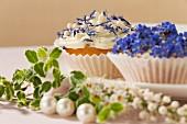 Cupcakes mit Frühlingsblumen für eine Hochzeit