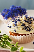 Cupcakes with spring flowers for a wedding