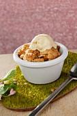 Apfel-Streusel-Cupcake mit Vanilleeis