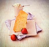 Zwei Stücke Biskuitkuchen mit Sahne und Erdbeeren