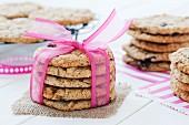 Gestapelte Chocolatechip Cookies, mit rosa Band gebunden
