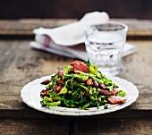 Wirsingsalat mit Wurst und Mandeln