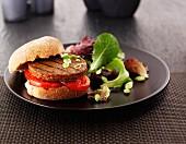 Hamburger mit Tomaten und Salatbeilage
