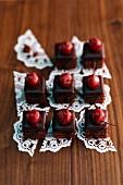 Sauerkirsch-Schokoladen Petit fours