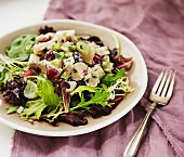 Mixed leaf salad with chicken, celery and grapes