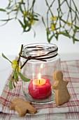 Windlicht mit brennender Kerze, Gewürzplätzchen und Mispeln