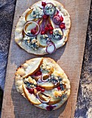 Winter pizza with pears, blue cheese and red onions