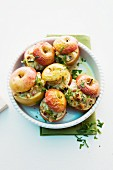 Spicy baked apples with ham and gorgonzola