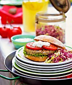 Hamburger und Kohlsalat