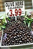 Schwarze Oliven aus Kalabrien auf dem Markt