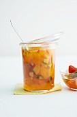 Ein Glas Aprikosen-Piccalilli