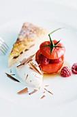 Tomate mit Himbeerfüllung, karamellisierte Eierschecke und weißes Schokoladeneis