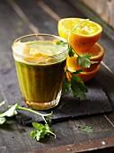 Smoothie mit Orange, Möhre und Koriandergrün