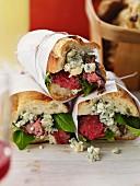Steaksandwiches mit Blauschimmelkäse und Spinat