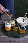 Joghurt mit Sanddornmus begiessen