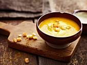 Kürbissuppe mit würzigen Croûtons
