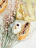 Apfelstrudel mit Cranberries und Schlagrahm
