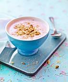 Beeren-Joghurt-Suppe mit Keksbröseln