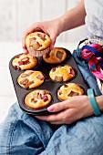 Frisch gebackene Rhabarber-Vanille-Muffins