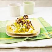 Stir-fried pointed cabbage with shiitake mushrooms and mango