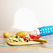 Klein geschnittenes Gemüse und Babyflasche