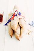 Baguettes aus hellem Sauerteig, mit Schleife zusammen gebunden