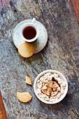 Selbstgemachter veganer Hüttenkäseersatz aus Sojadrink mit Biscuits, Blütenpulver und Tee