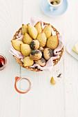 Sesambrötchen und Mohnbrötchen im Brotkorb