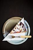 Ein Stück Ricotta-Mandel-Kuchen mit Pflaumen