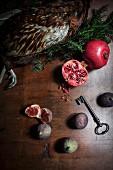 Stillleben mit Fasan, Granatapfel und Feigen