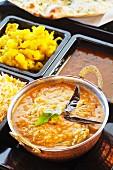 Hähnchen Chettinad mit Currykartoffeln, Reis und Linsen (Indien)