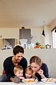 Junge Familie beim Spaghettiessen
