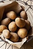 Kartoffeln auf Papier im Drahtkorb