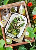 Salat von grünem Gemüse mit Parmesan