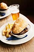 Steak und Ale Pie mit Pommes frites und Ale (England)