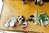 Stillleben mit Zutaten & Gewürzen für thailändische Gerichte