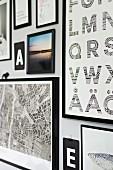Bildergalerie mit Typo-Täfelchen und Sammlung unterschiedlichster schwarz gerahmter Abbildungen