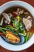Würzige Tom Yam Suppe mit Meeresfrüchten (Thailand)