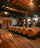 Gelagerte Fässer in historischem Weinkeller