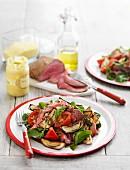 Salat mit Rindfleisch, Auberginen, Spinat und Tomaten