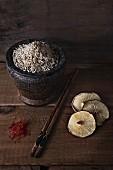 Stillleben mit Reis, Shiitake, Safran & Essstäbchen