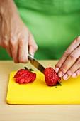 Erdbeere aufschneiden