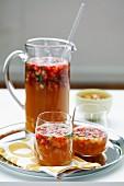 Fruchtpunsch in Gläsern und Glaskrug