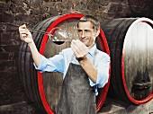 Winzer prüft Reifeprozess des Rotweines