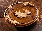 Pumpkin Pie mit Mürbteig-Blättern verziert