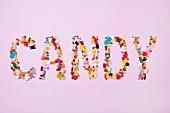 Das Wort CANDY aus bunten Süßigkeiten gelegt