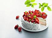 Angeschnittene Erdbeersahnetorte