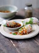 Reispapierröllchen gefüllt mit Garnelen & Gemüse