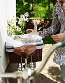 Picknickkorb mit Zitronengraslimonade auf einem Fahrrad im Garten
